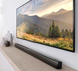 Photo d'une barre de son placée devant une TV - crédit : Philips